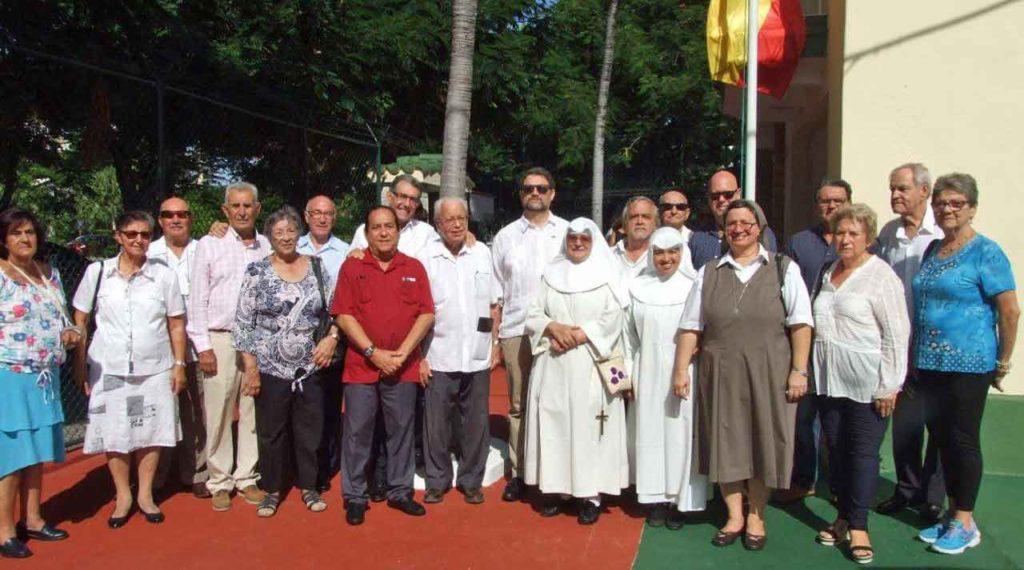 El embajador español al finalizar la ceremonia junto a los representantes de las comunidades españolas.