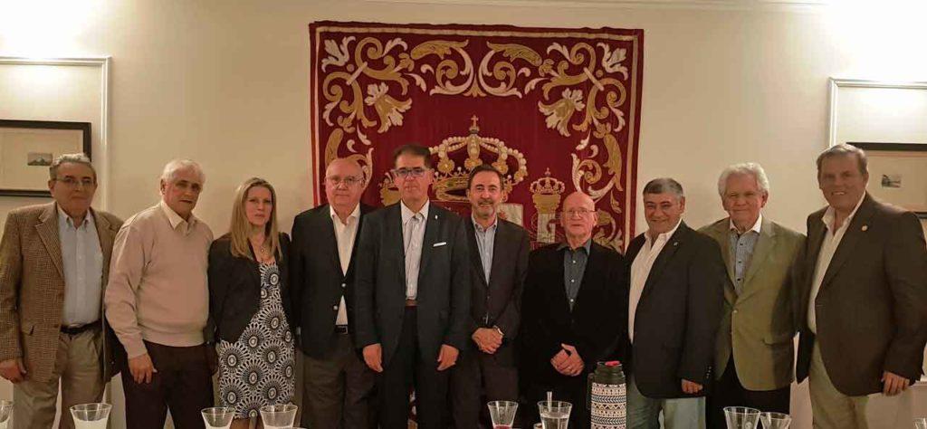 Benito Díez, quinto por la izquierda, con el cónsul de España y directivos de las entidades.