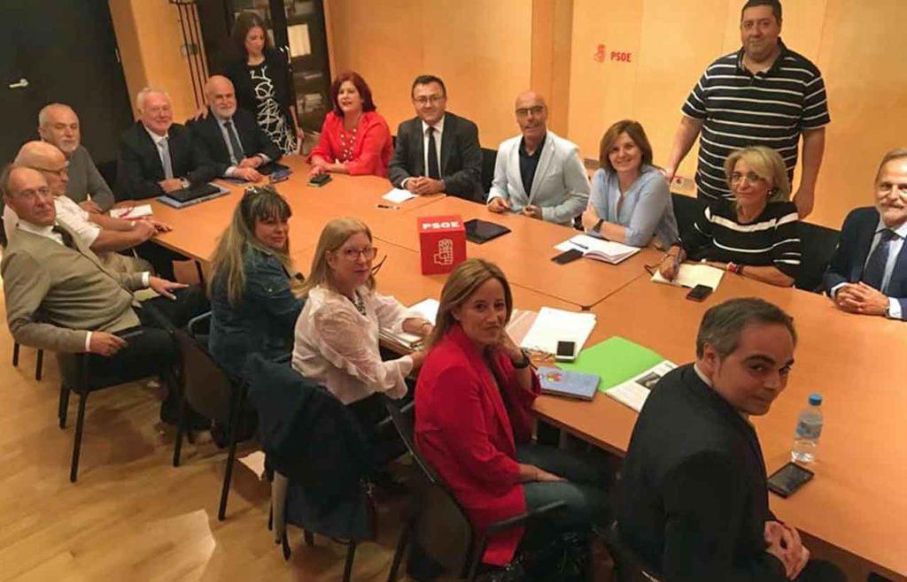 Miembros de Feaer, en primer plano, con los diputado socialistas.