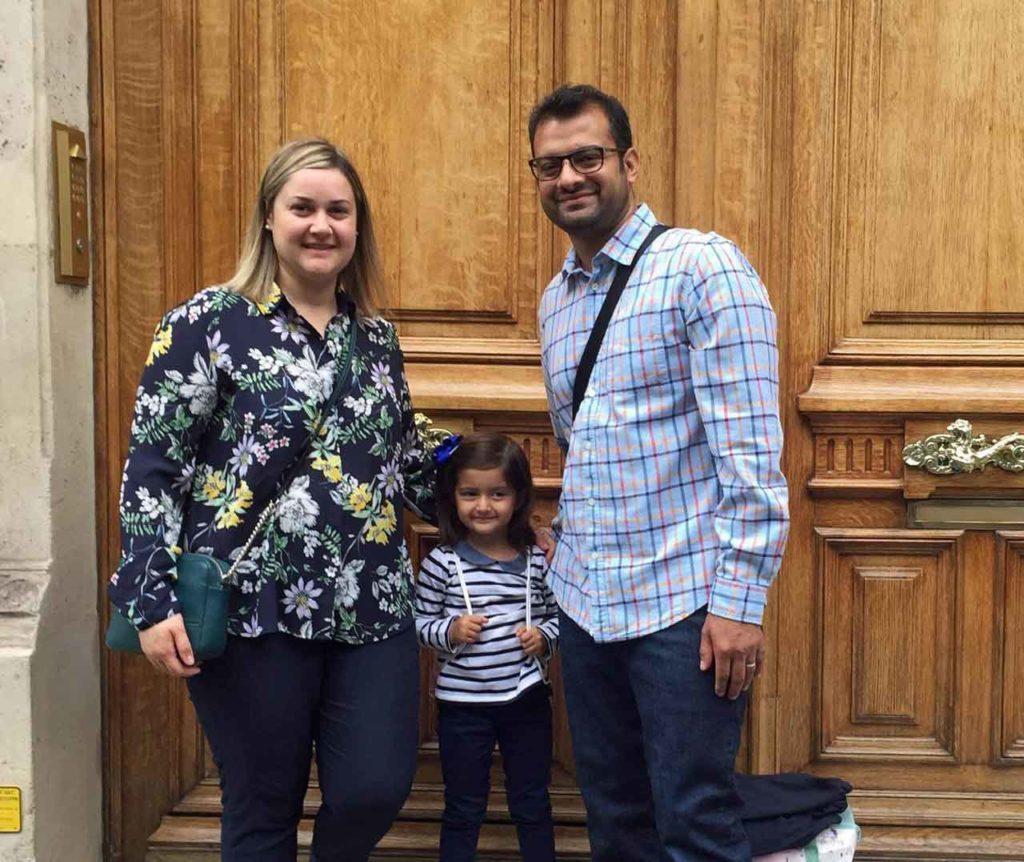 Sacramento Moreno, la pequeña María y Faisal Ayub.