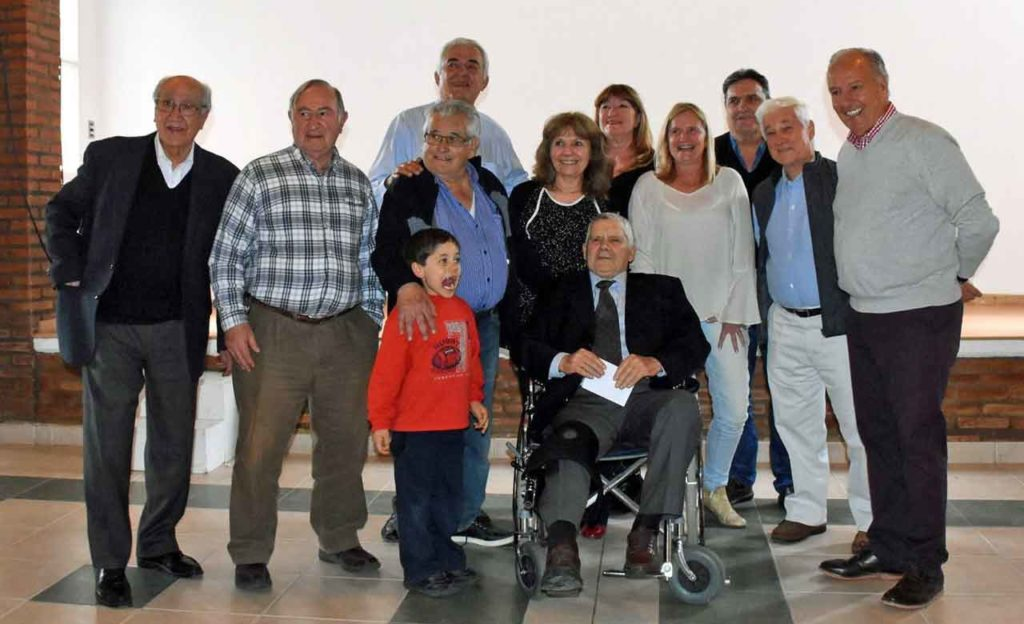 Victoriano Salazar, en silla de ruedas, junto a directivos de diversas entidades y familiares.