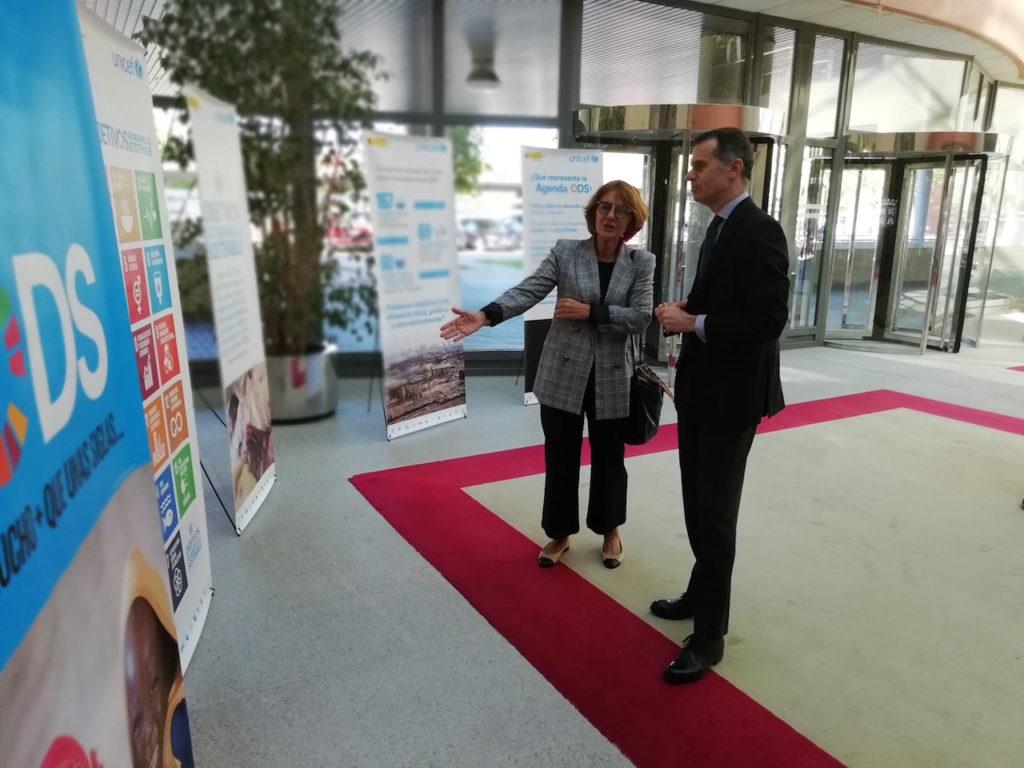 El secretario general de la Consejería de la Presidencia, José Manuel Herero, visitó la muestra sobre los Objetivos de Desarrollo Sostenible con la presidenta del Comité de Castilla y León de Unicef, Montaña Benavides.