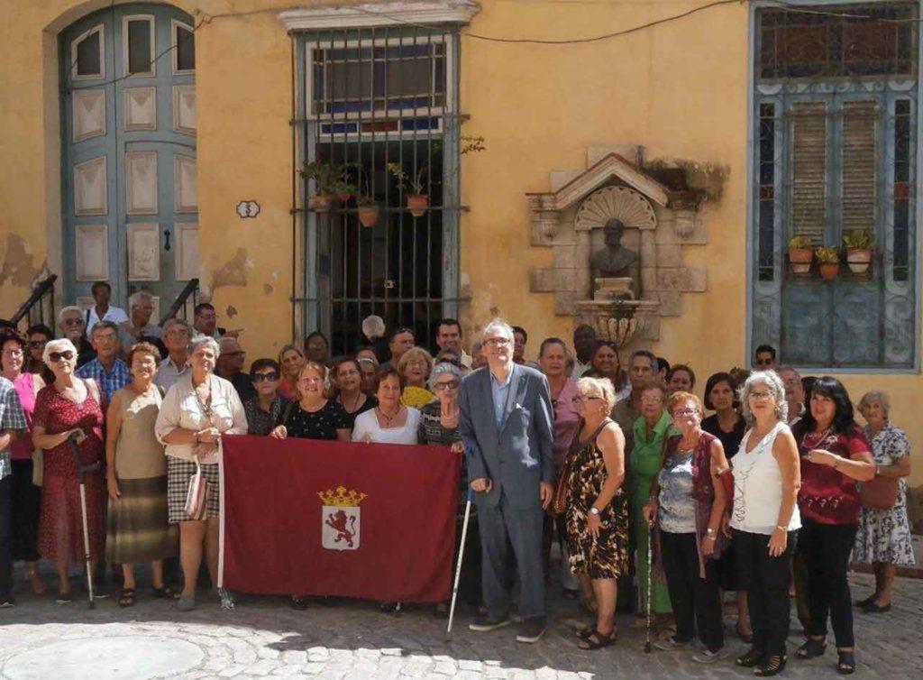 Directivos y asociados de la Colonia Leonesa al finalizar la misa en la Plazuela del Ángel.