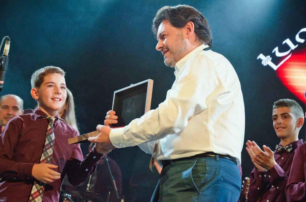 Antonio Rodríguez Miranda entregó una placa conmemorativa a la banda Lume de Biqueira.
