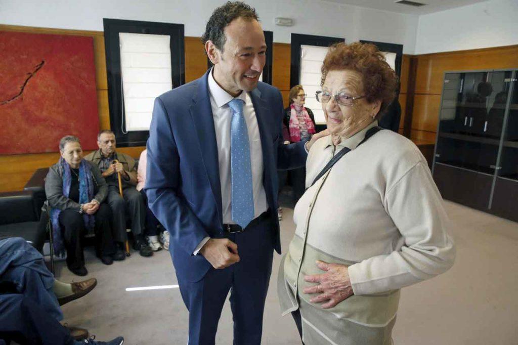 Guillermo Martínez con una de las participantes en el programa Añoranza Asturias 2018.