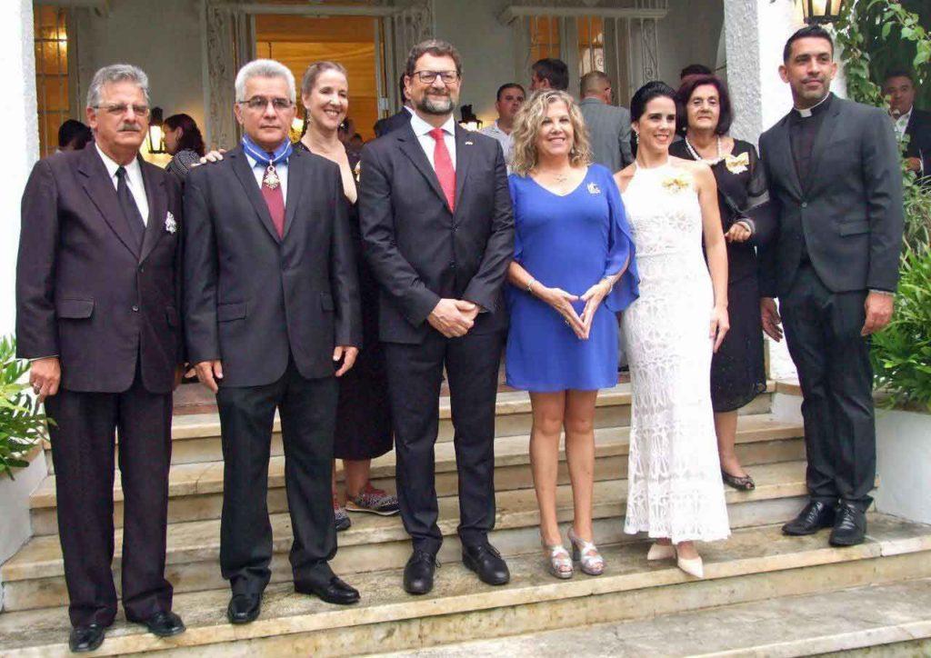 José Mª Rubiera Torres, René González Barrios, Karelia Cadavid Álvarez, Juan José Buitrago y su esposa, Irene Rodríguez, Mª Antonia Rabanillo y el representante del Padre Uña en la ceremonia.