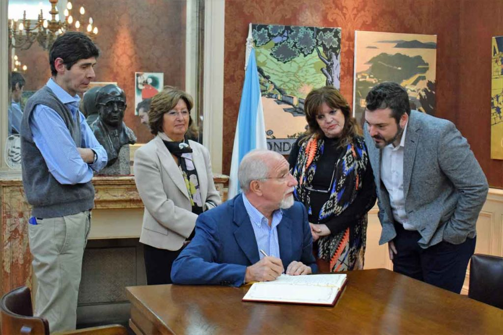 Mira Lema firma en el libro de oro  del MEGA.