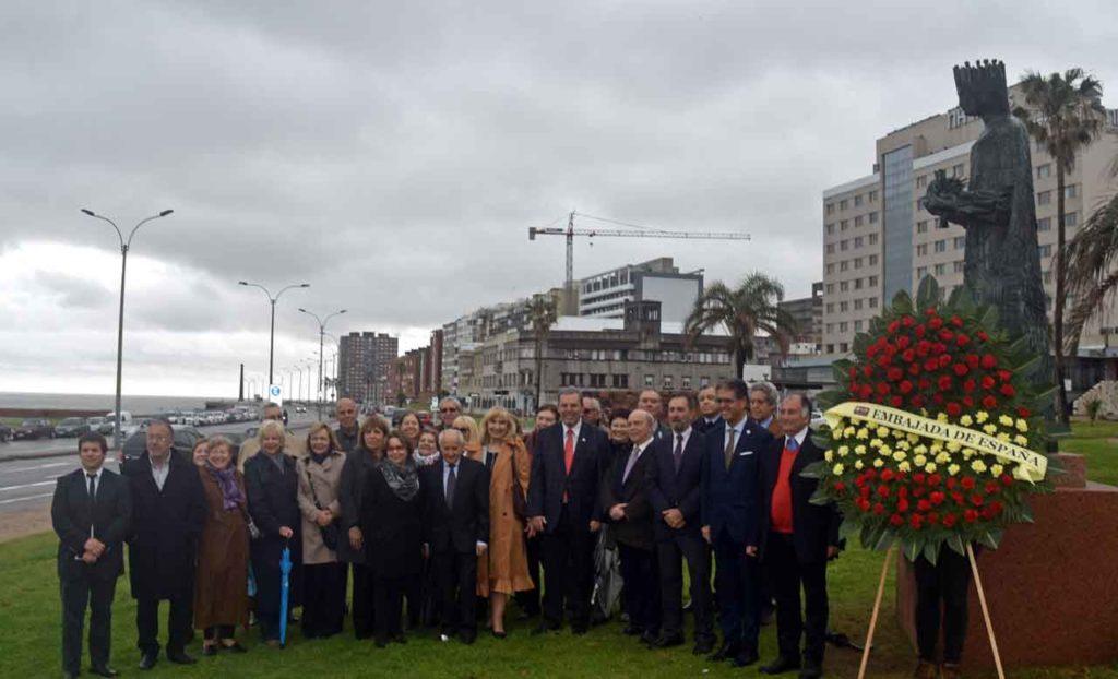 Directivos de FIEU y autoridades españolas junto al monumento a Isabel la Católica en Montevideo.