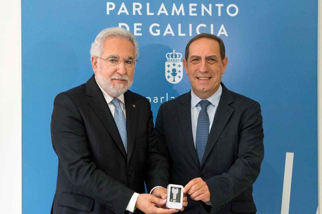 El presidente del Parlamento de Galicia, Miguel Santalices, recibió el proyecto de presupuestos de la Xunta de Galicia para 2019 de manos del conselleiro de Facenda, Valeriano Martínez.
