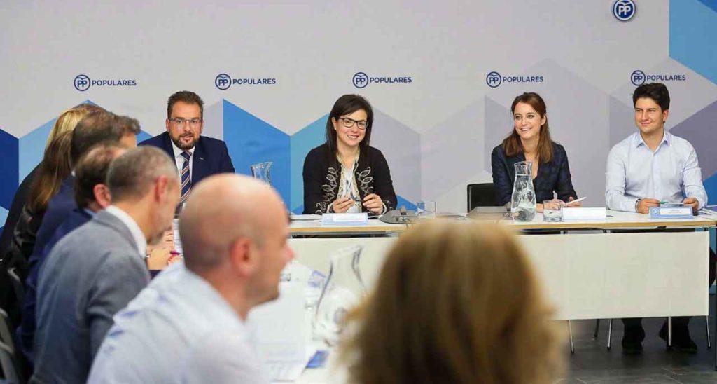 En el centro, Ana Vázquez Blanco y Andrea Levy en un momento de la reunión.