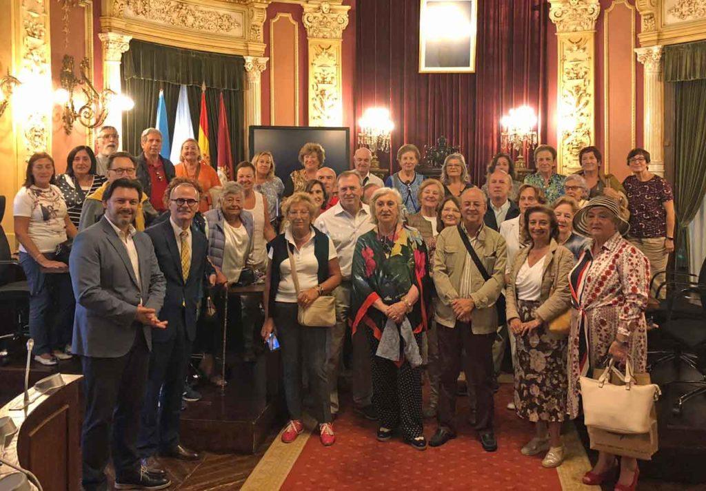 Los socios del Centro Gallego de Santander en el salón de plenos del Ayuntamiento de Ourense.