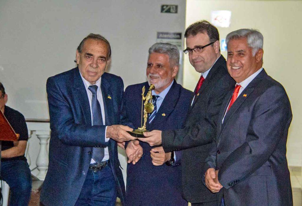 Carlos Fernández dos Santos, segundo por la derecha, recibió el premio 'Don Quijote'.