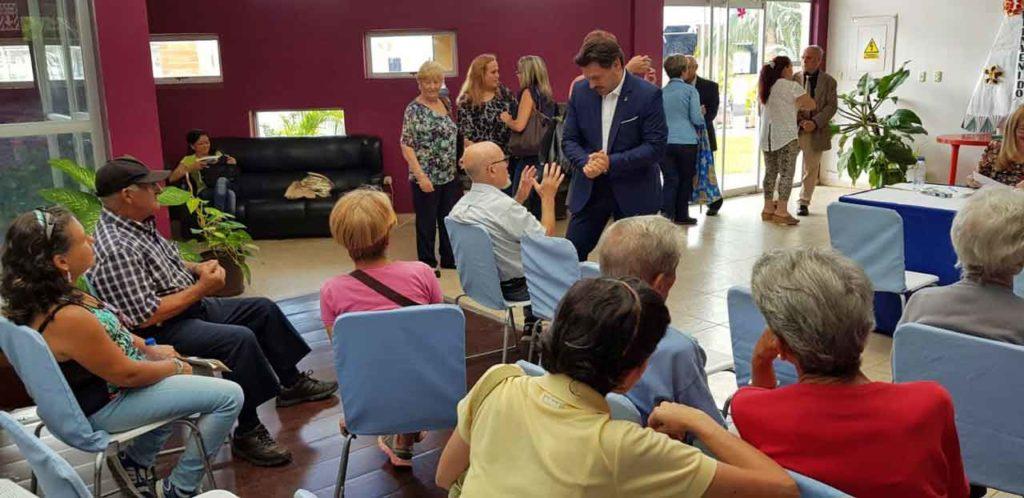 Rodríguez Miranda en Valencia con beneficiarios de la campaña de la Xunta de Galicia de refuerrzo de medicamentos.