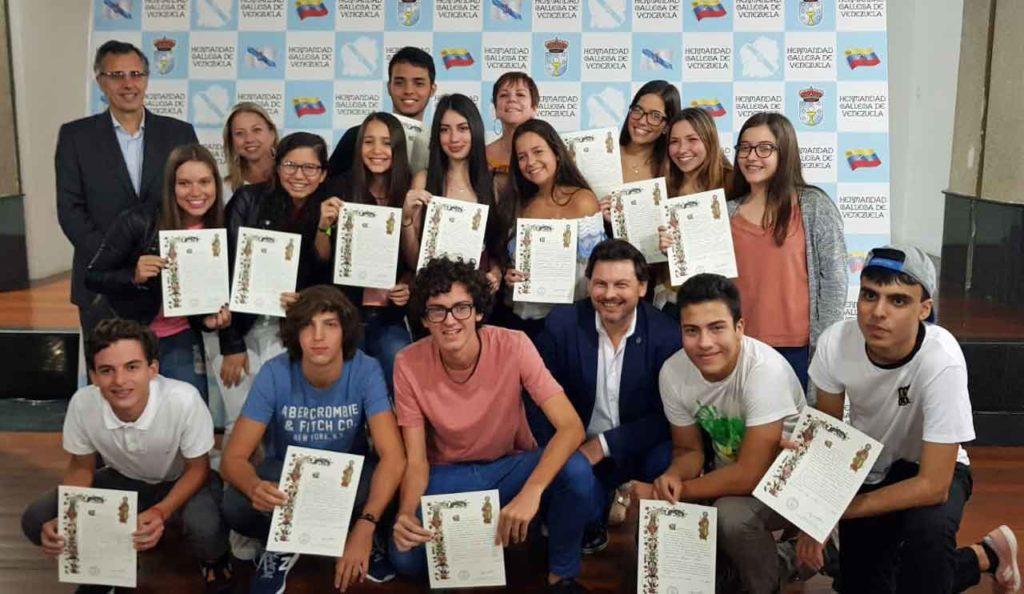 Rodríguez Miranda con los jóvenes que recibieron la 'Compostela'.