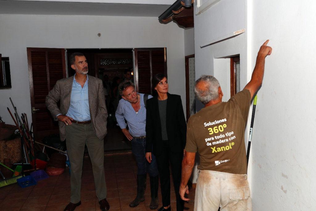 Un vecino de Sant Llorenç muestra a los Reyes el nivel del agua alcanzado en su vivienda.