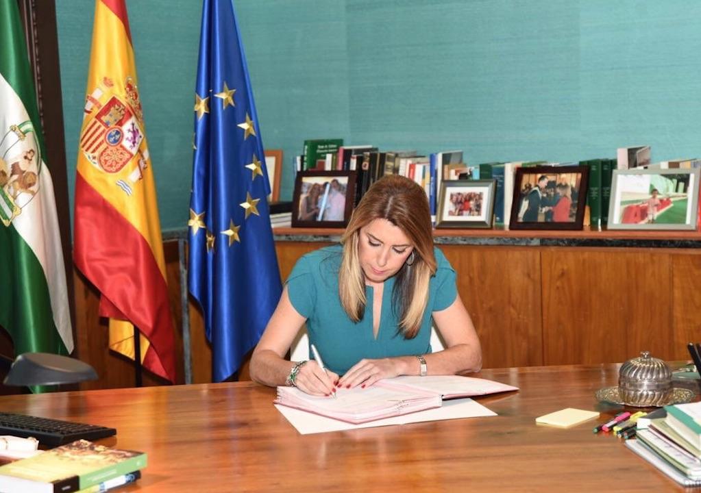 La presidenta de la Junta, Susana Díaz, firma el decreto de disolución del Parlamento andaluz y la convocatoria de elecciones autonómicas.
