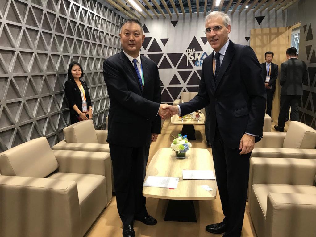 El conselleiro de Economía, Emprego e Industria, Francisco Conde, firmó una memoria de colaboración con el presidente de la Cámara de Comercio para la Importación y Exportación de Maquinaria y Productos Electrónicos de China, Zhang Yujing.
