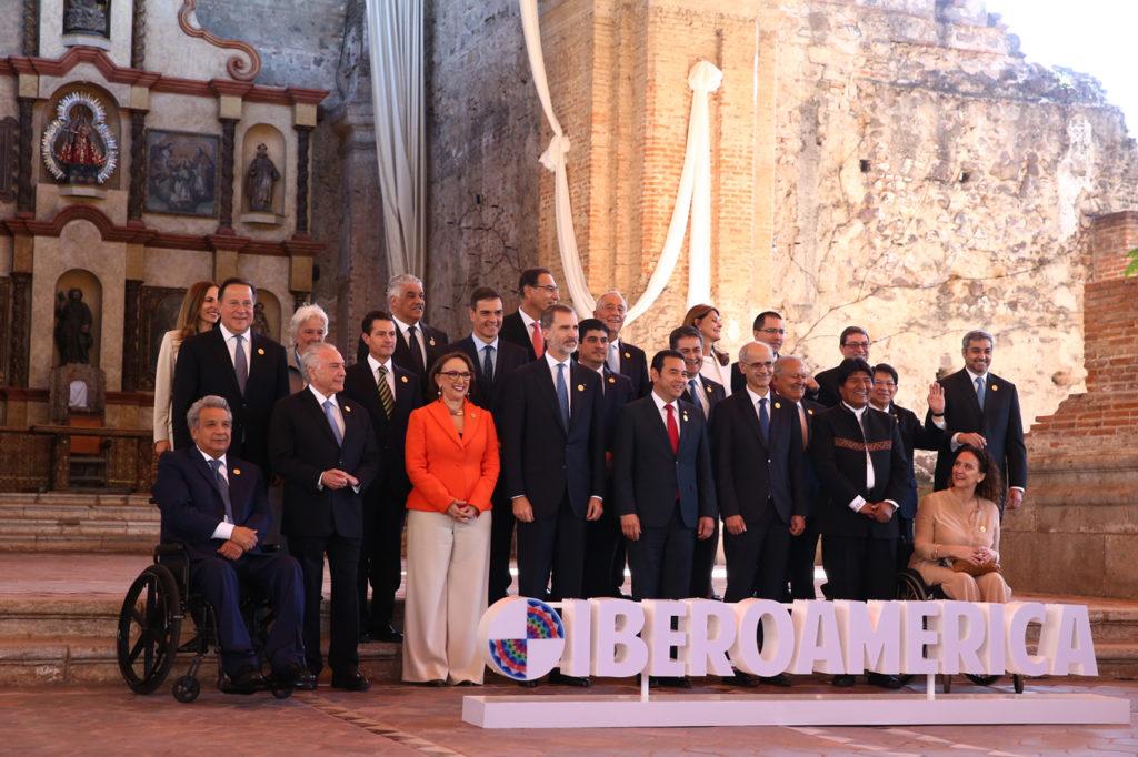 El Rey Felipe VI y Pedro Sánchez con el resto de mandatarios asistentes a la Cumbre.
