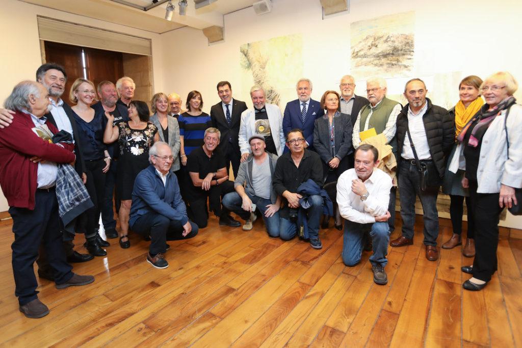 Autoridades y autores asistentes a la inauguración de la muestra.
