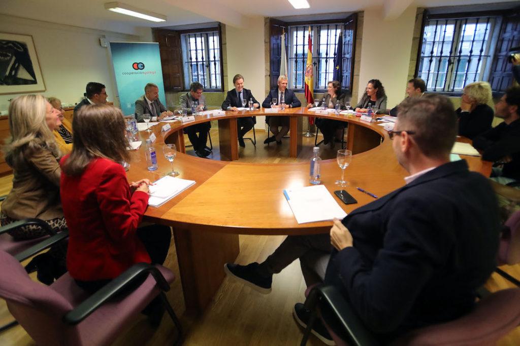 El vicepresidente de la Xunta, Alfonso Rueda, acompañado por el director xeral de Relacións Exteriores e coa UE, Jesús Gamallo (ambos al fondo, en el centro), presidió en Santiago la reunión de coordinación entre la Aecid y diez comunidades autónomas.