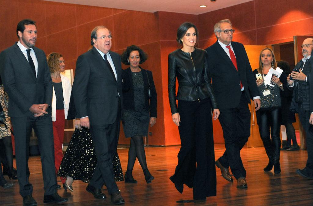 La Reina Letizia a su llegada al evento acompañada del presidente de la Junta de Castilla y León, Juan Vicente Herrera.