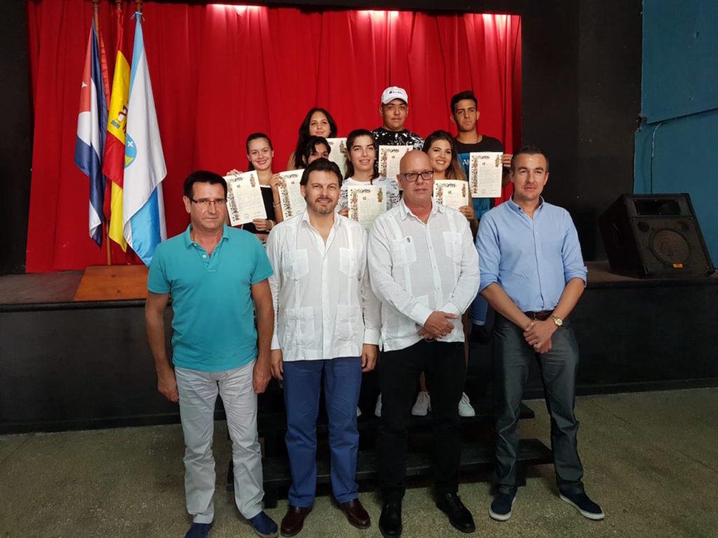 Miranda y el resto de autoridades presentes posan con los beneficiarios del programa Conecta con Galicia de este año recibieron la Compostela.