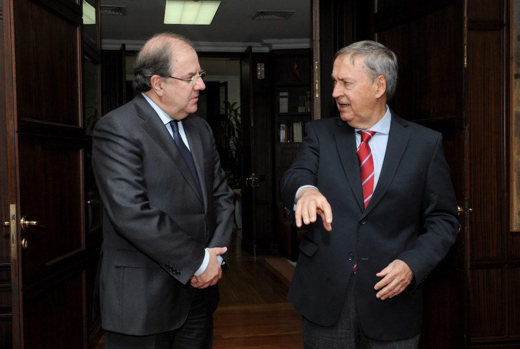 Herrera y Schiaretti, junto a otros miembros del Ejecutivo de Córdoba y los consejeros de Economía y Hacienda, Pilar del Olmo, y Educación, Fernando Rey, de Castilla y León.