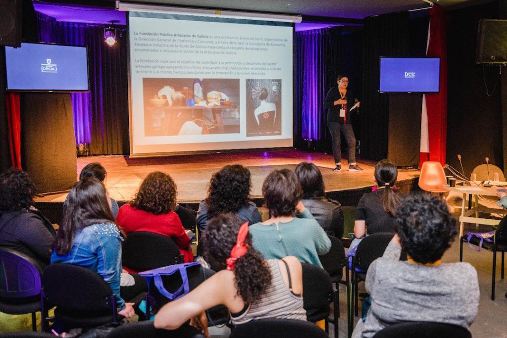 La gerente de la Fundación Artesanía de Galicia, Elena Fabeiro, al fondo en un momento de su intervención en la tercera edición del Festival Internacional de Economía y Diseño Social Colaborafest, que se celebra en la localidad de Concepción.