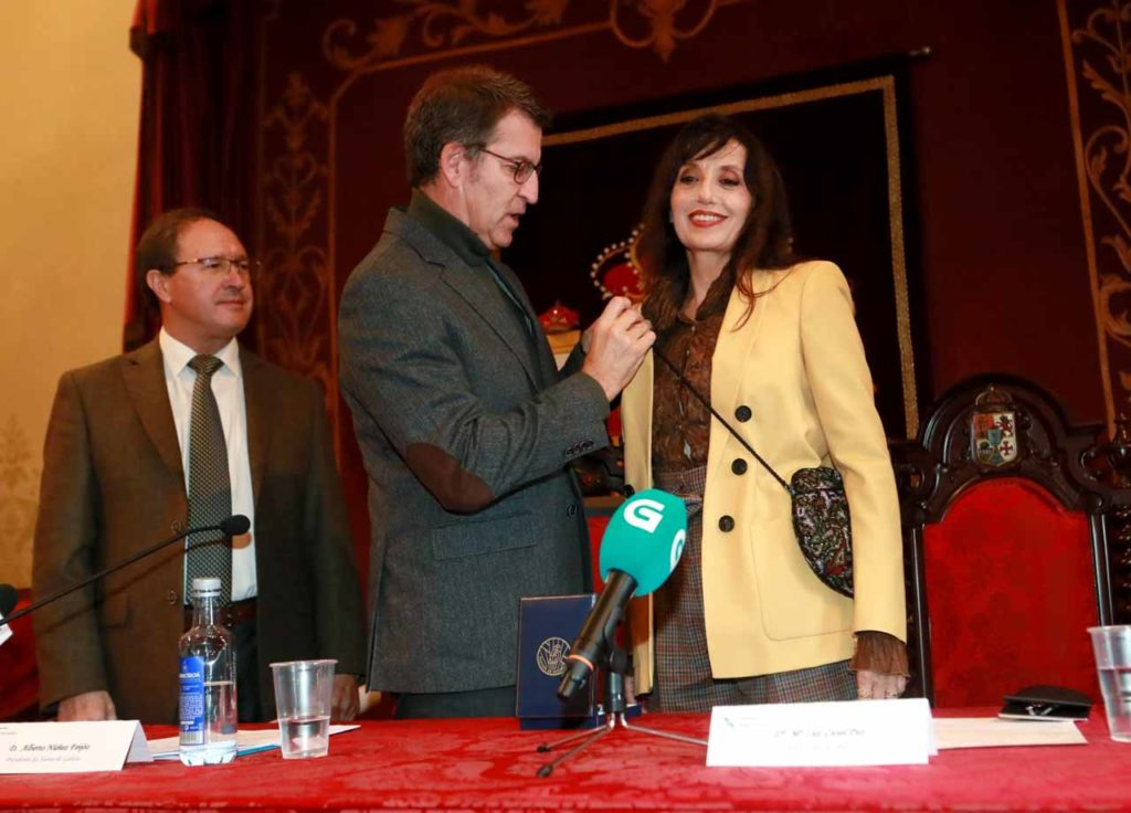 Núñez Feijóo condecora a la cantante gallega Luz Casal.