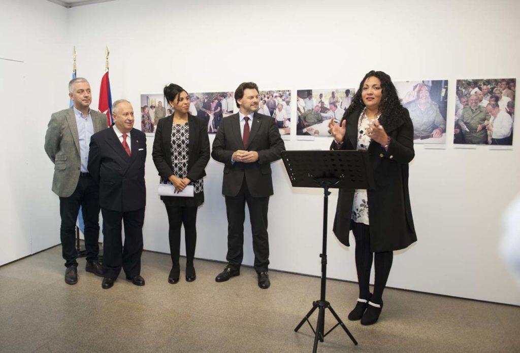 Valentín García, José Carro, Yahima Martínez Millán y Antonio Rodríguez Miranda escuchan la presentación de la muestra en la inauguración.
