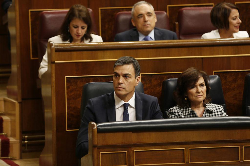 Pedro Sánchez y la vicepresidenta Carmen Calvo en sus escaños del Congreso.