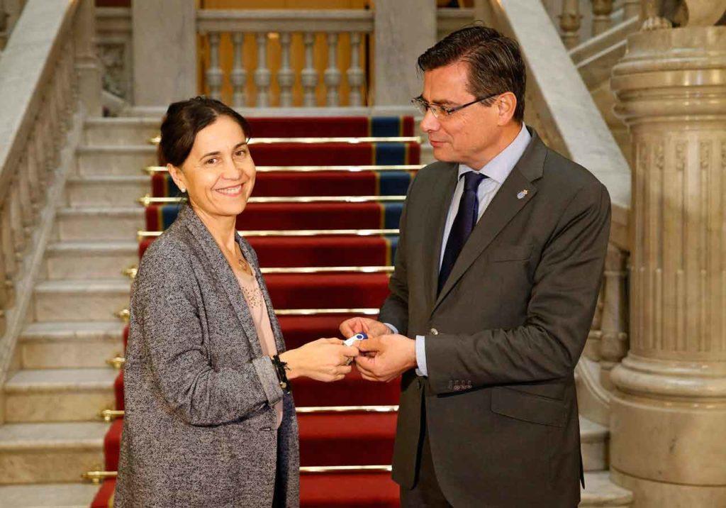 Dolores Carcedo entregó el Proyecto de Ley de Presupuestos Generales del Principado de Asturias para 2019 al presidente de la Junta General, Pedro Sanjurjo.