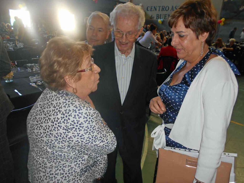 Begoña Serrano dialoga con una emigrante.