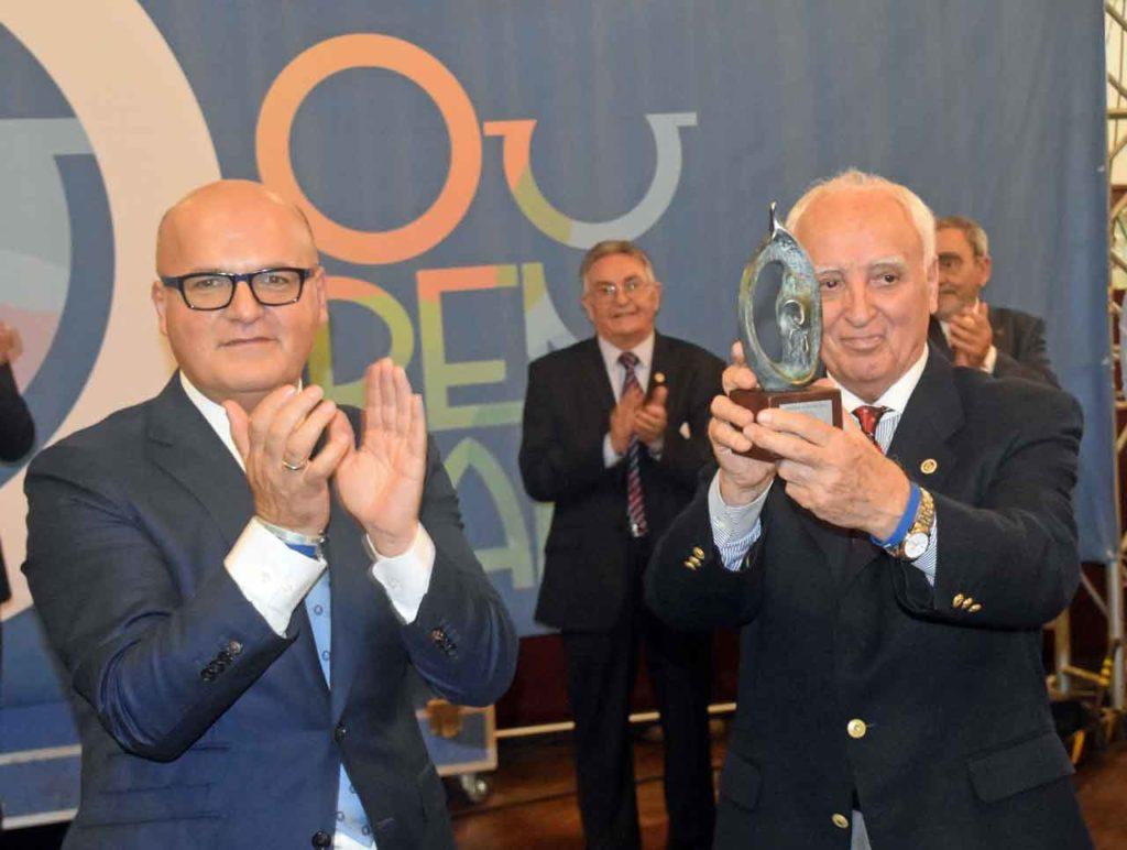 José Manuel Baltar entrega el premio a Jesús Vázquez.