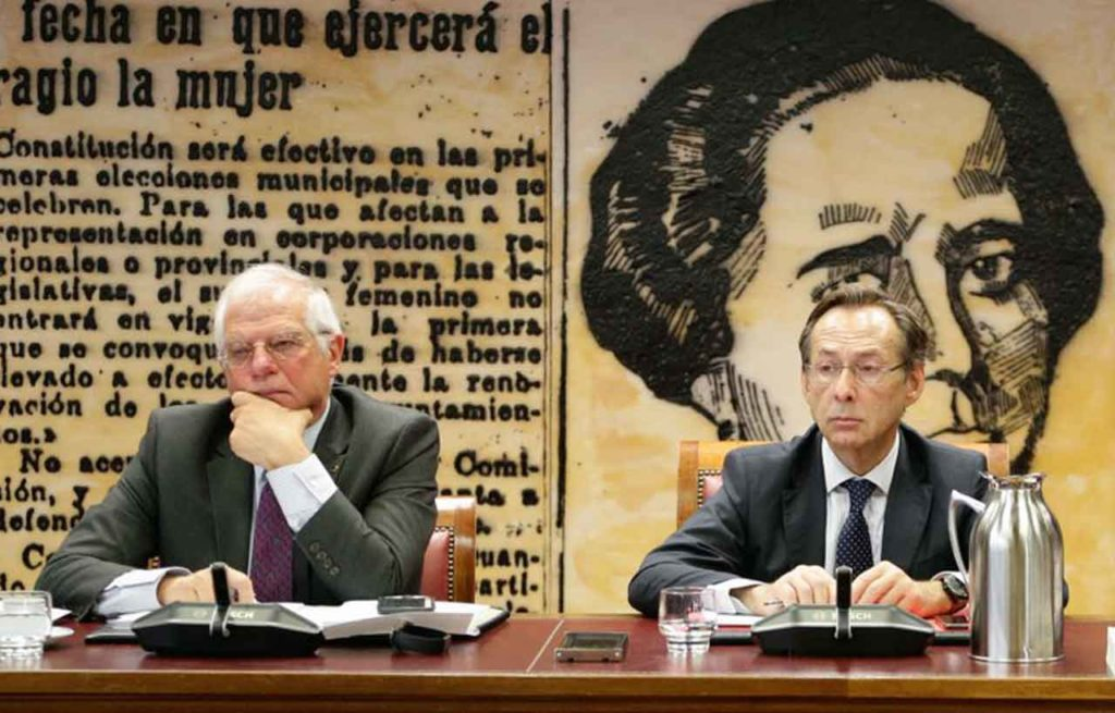 Josep Borrell, izquierda, junto al presidente de la Comisión de Asuntos Iberoamericanos, Gonzalo Robles.