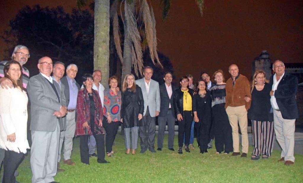 El cónsul con los miembros del CRE y de los periodistas de la emigración.