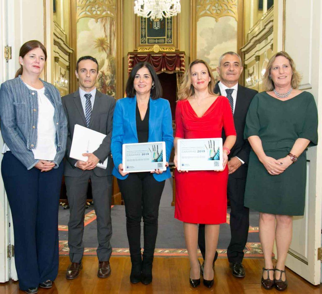 Rosa Dávila, tercera por la derecha, entregó los presupuestos a Carolina Darias.