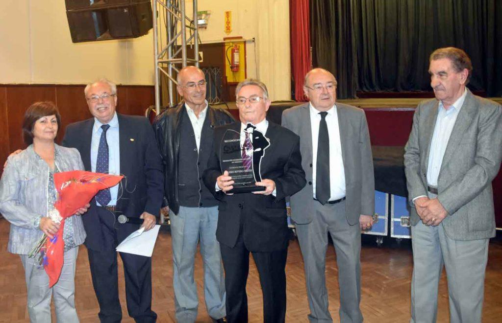 Eliseo Rivero, en el centro, con el Premio Castelao.