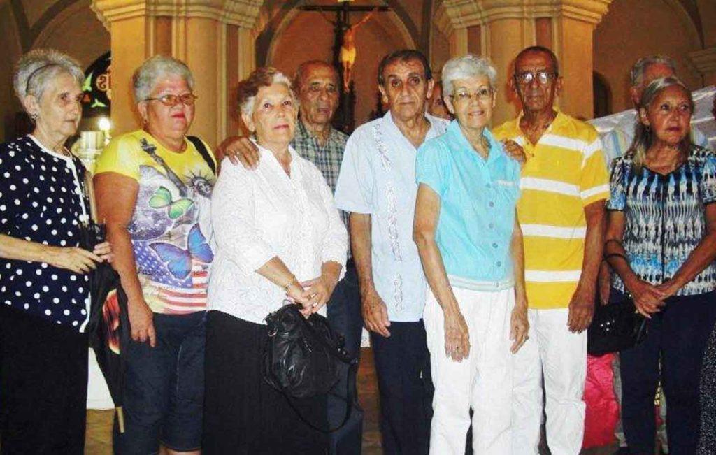 Ramón Trabada, centro, con otros directivos de la entidad al finalizar la misa.
