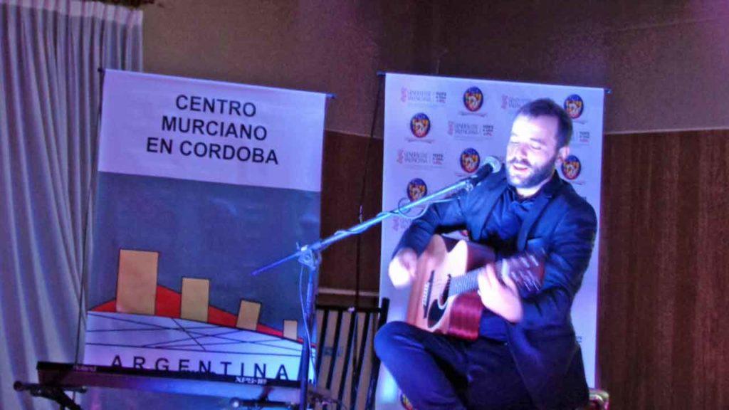 Un momento del concierto de Quique Montes.