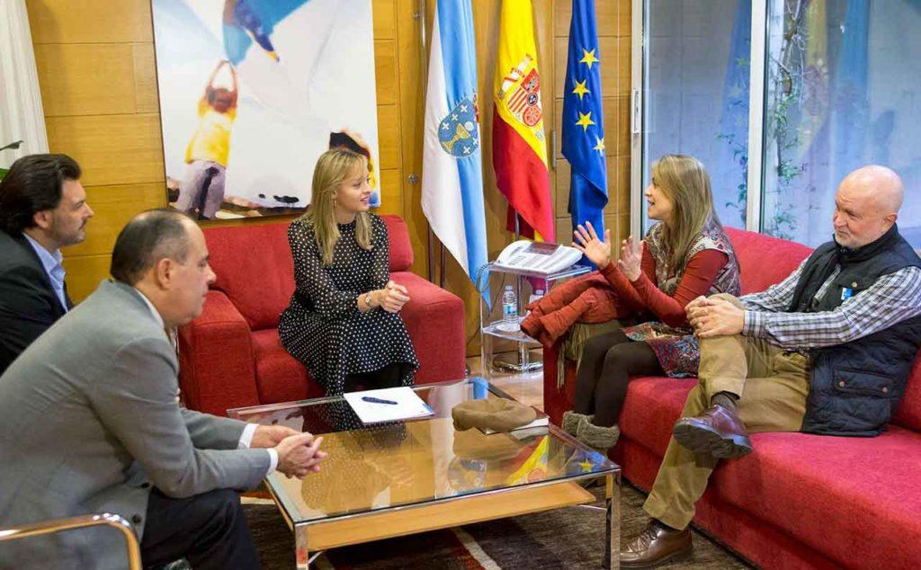 Antonio Rodríguez MIranda, segundo por la  izquierda, Fabiola García y los representantes de Apejuveg.