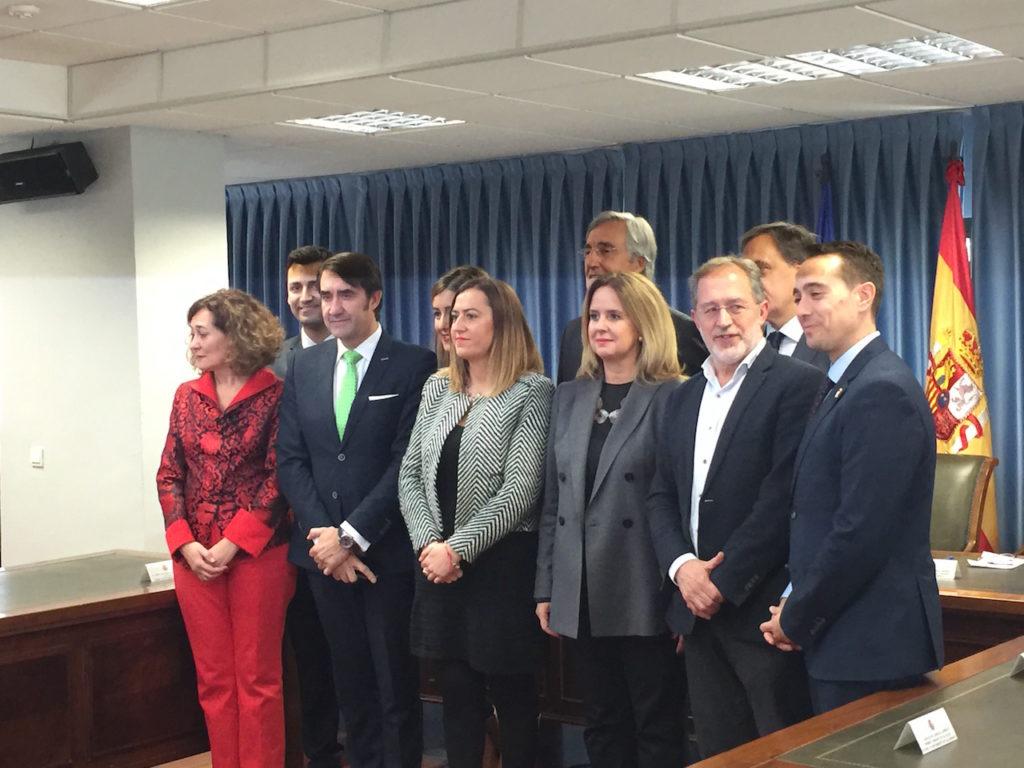 Suárez Quiñones (3º por la izquierda) posa con el resto de firmantes del acuerdo de vivienda.