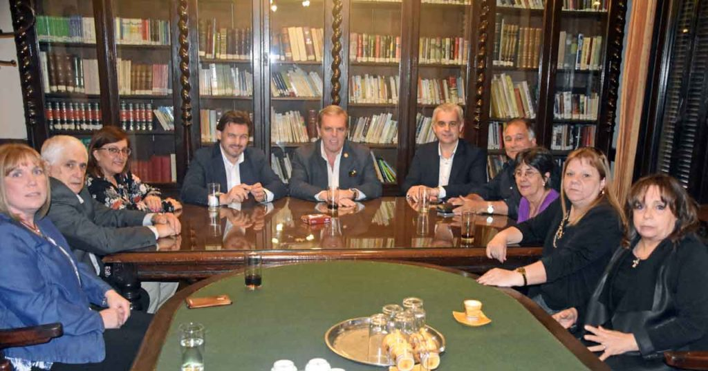 En el centro, Rodríguez Miranda, Jorge Torres y Alejandro López Dobarro en la reunión con el CRE de Montevideo.