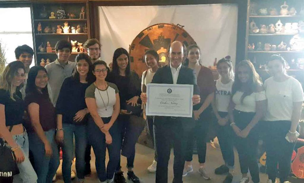 Carlos Núñez con el diploma del premio 'Rosa dos Ventos' junto a los alumnos del Santiago Apóstol.