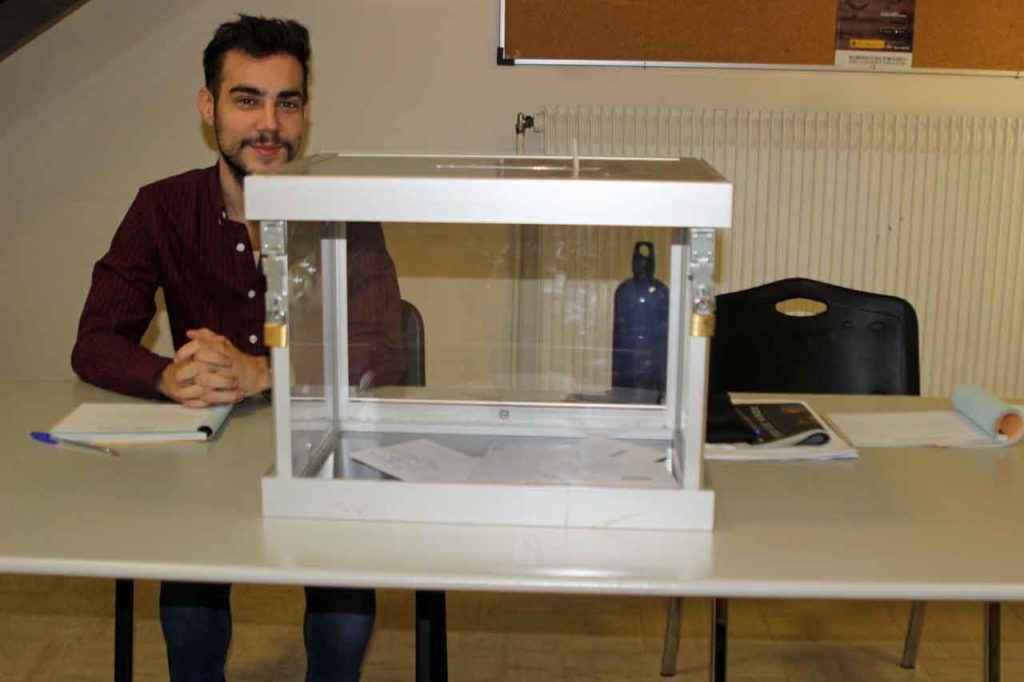 Urna con nueve votos en el Consulado de España en París.
