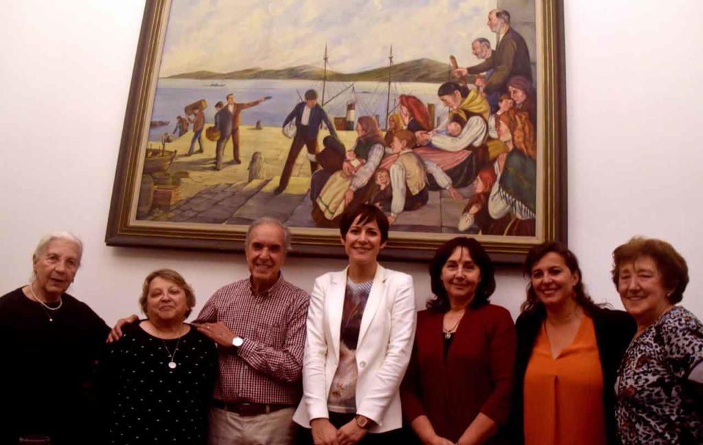 Ana Pontón, centro, y Ana Miranda, segunda  por la derecha, con directivos del Patronato da Cultura Galega de Montevideo.