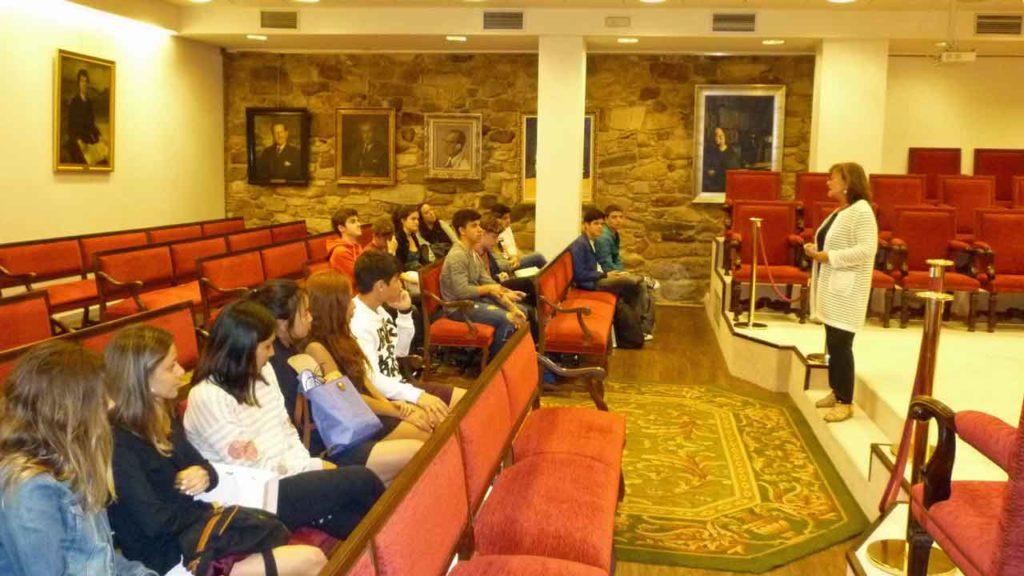 Fina Casalderrey con alumnos del Instituto Santiago Apóstol en una visita que realizaron a la sede de la Real Academia Galega en A Coruña.