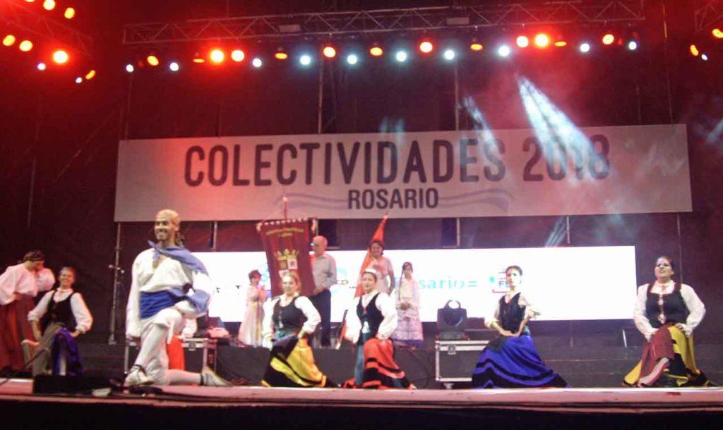 La actuación del conjunto de danzas de la entidad fue muy aplaudida.