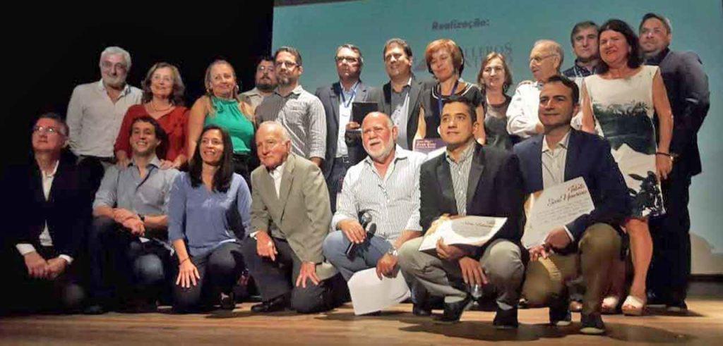 Los galardonados con la directiva de Caballeros de Santiago.