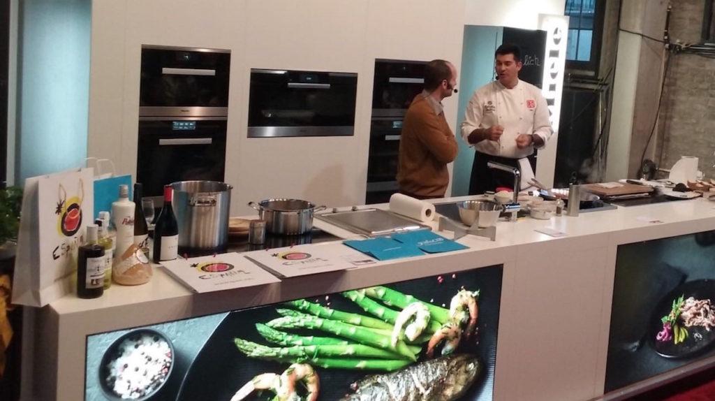El chef Javier Rodríguez Ponte 'Taky', cocinero del Grupo Nove y ex alumno del Centro Superior de Hostelería de Galicia, dirigió los dos showcookings para 50 personas cada uno y en el que participaron profesionales de la cocina, divulgadores gastronómicos y periodistas especializados.